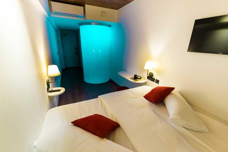 Far_home_hostel_habitacion2_bano_privado_Bernabeu_001