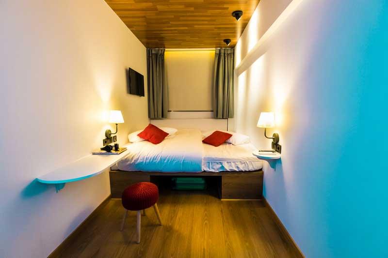 Far_home_hostel_habitacion2_bano_privado_Bernabeu_002