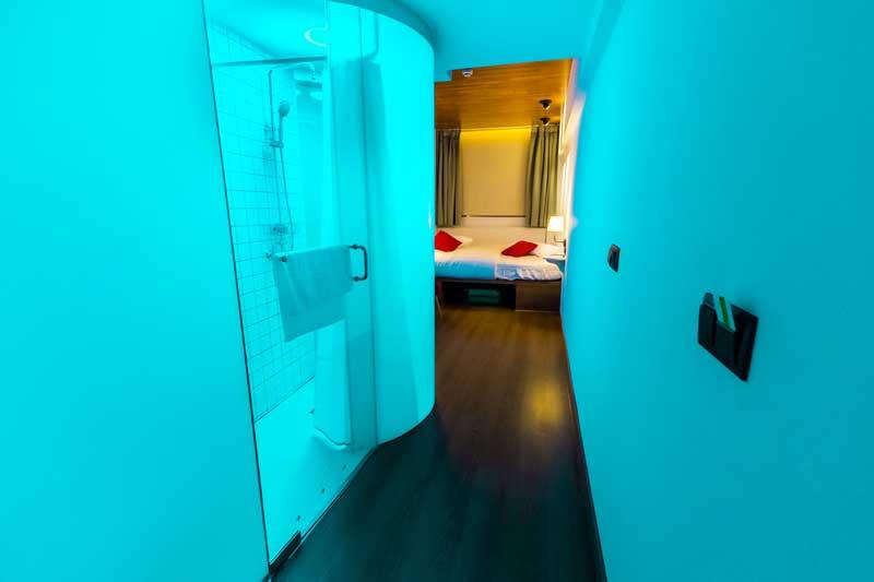 Far_home_hostel_habitacion2_bano_privado_Bernabeu_004