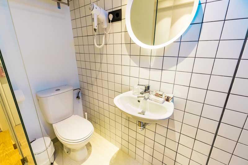 Far_home_hostel_habitacion2_bano_privado_Bernabeu_005