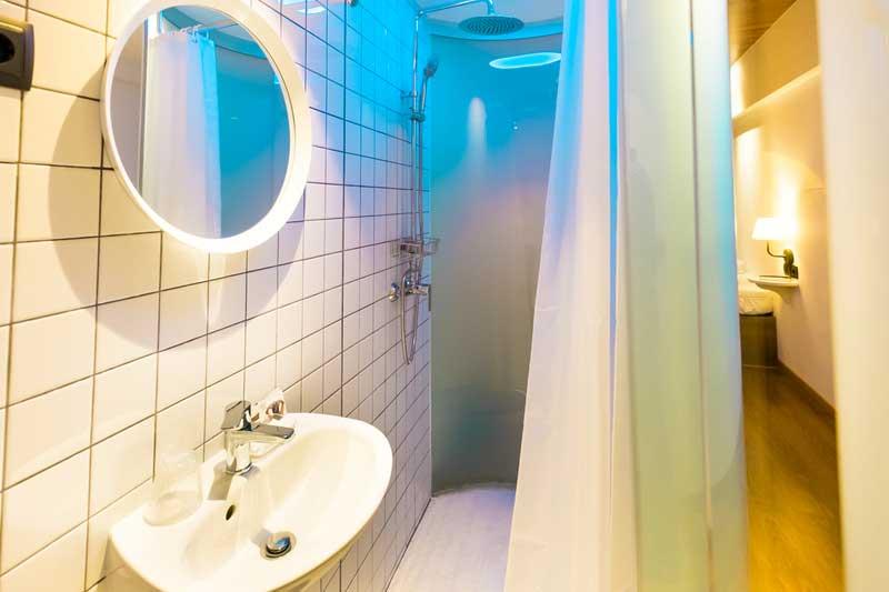 Far_home_hostel_habitacion2_bano_privado_Bernabeu_006