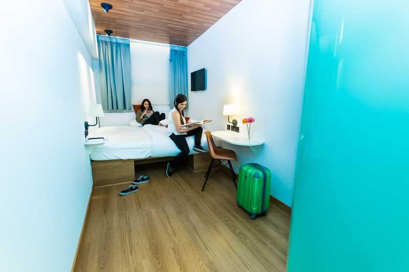 Far_home_hostel_habitacion2_bano_privado_Bernabeu_010